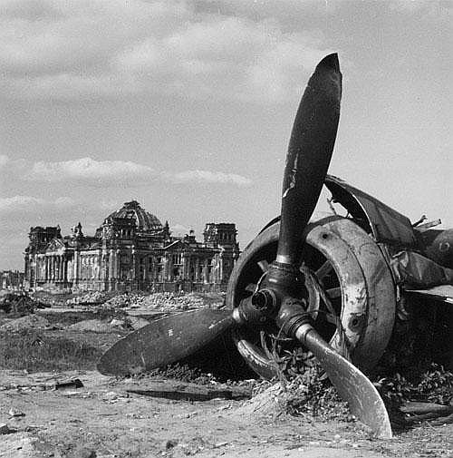 Ries, Henry: Plane wreckage in front of the Reichstag