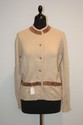 HERMES - twin-set en cachemire beige comprenant un pull  manches courtes et un cardigan boutonn, les deux rhausss de garniture en daim, boutons en corne. Bon tat.
