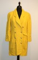 CHANEL - veste longue bouclette de laine jaune curry, boutonnage crois par boutons dors et sigls, 4 poches. Taille 38 / 40 . Bon tat.