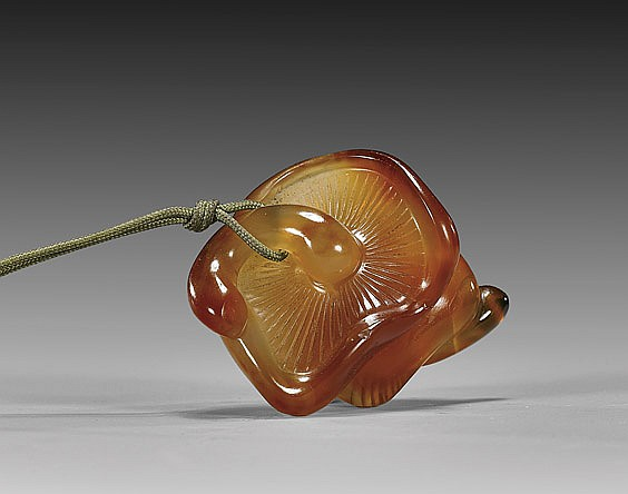 ANTIQUE AGATE NETSUKE: Mushrooms
