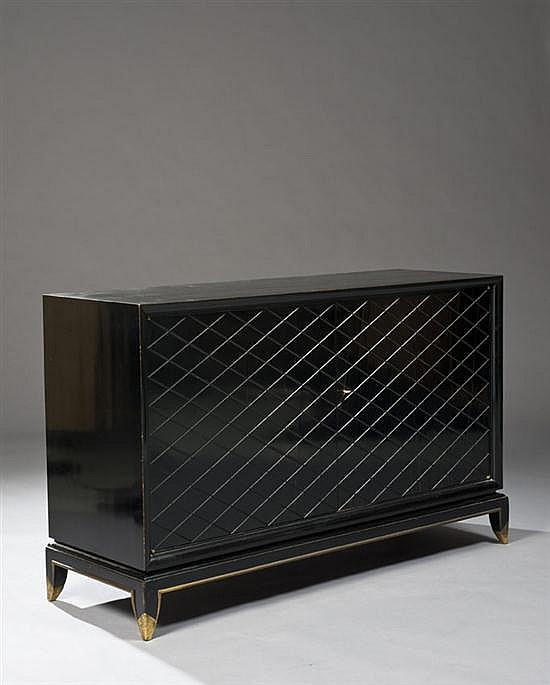Jean PASCAUD (1903-1993) Commode en bois laqu noir ouvrant par deux portes  dcor gomtrique de losanges reposant sur un pitement d