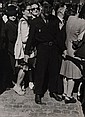 Robert Doisneau (1912-1994) Policier au milieu de la foule. Tirage argentique. Tampon au dos  l'encre rouge. Circa 1950. 24 x17,5...