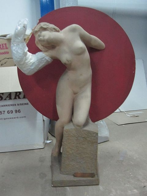Travail anonyme moderne Femme au discobole rouge Terre cuite, socle en pierre Haut: 77 cm, Long: 55 cm, accidents  On join...