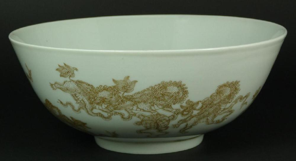 18th C CHINESE GOLD PAINTED PORCELAIN FOO DOG BOWL